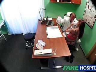 가짜 병원 의사가 무거운 물건으로 섹시한 환자를 치료합니다.