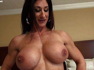 여성 보디 빌더 스트립과 그녀의 큰 clit masturbates