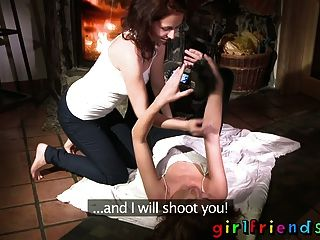 흥분한 레즈비언 여자 친구가 불에 덥고 젖어있다.
