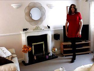 앨리슨 그녀의 빨간 드레스와 팬티 스타킹 더 스컹크