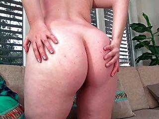 젊은 매력적인 임신 금발 그녀의 털이 음부 표시