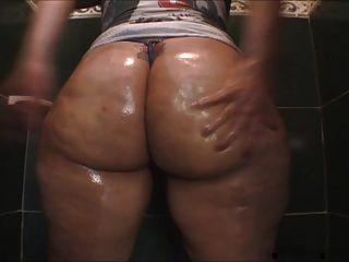 샤워에 루비 큰 기름진 엉덩이