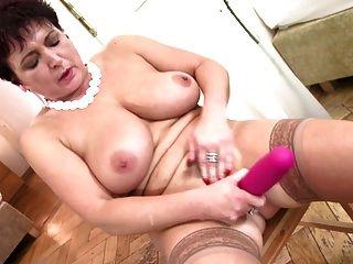 젖은 고양이와 완벽한 성숙한 매춘부 어머니