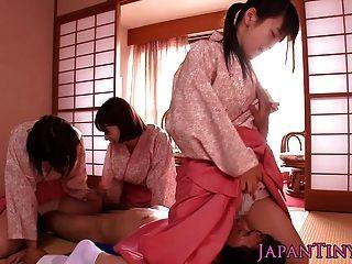 쁘띠 한 일본 기모노 아가씨에 뛰어 들다