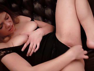 귀여운 loreen 그녀의 큰 clit 마사지입니다.진짜 오르가슴.