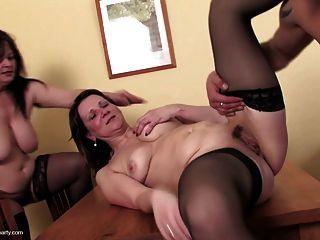 세 개의 변태 어머니가 한 젊은이를 빨아 먹고 성교