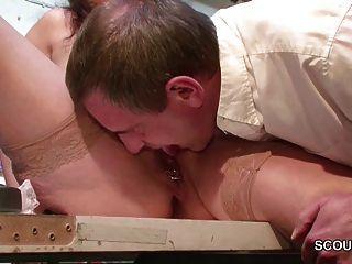 직장에서 섹스를 유혹하는 독일 어머니