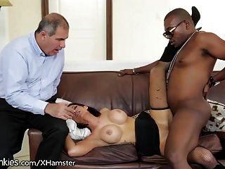 남편은 뜨거운 아내가 흑인 남자를 본다.