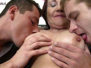 늙은 엄마는 두 어린 소년을 좆