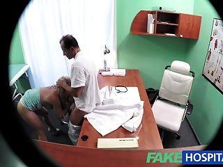 좋은 가슴을 가진 가짜 병원 금발은 완전한 시험을 얻는다.