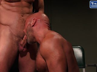 큰 dicked 근육 아빠는 심문을 얻는다.