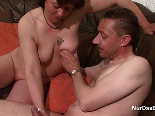 독일의 어머니는 거리에서 유혹 한 후 좆 된 하드 코어를 얻는다.