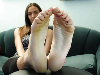 섹시한 갈색 머리 발가락과 발가락 1