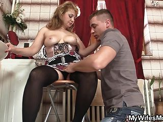 스타킹에 뜨거운 엄마가 큰 고기를 탄다.