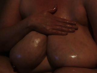 그녀의 모든 팬들을위한 그녀의 큰 가슴을 기름진 육즙