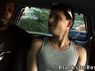 nikola jovovich는 두 흑인들에 의해 망하게된다.