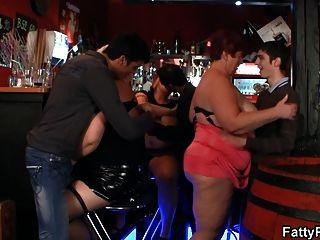 큰 가슴 bbw 술집에서 재미있다.