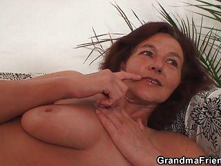 마른 할머니는 두 자지를 삼킨다.