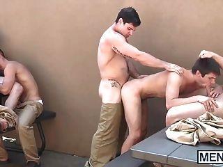 게이들은 교도소에서 난교를 피우고있다.