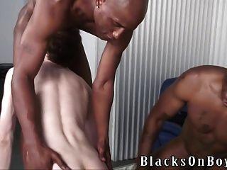 새로운 타이어를 사기 위해 흑인 자지를 빠는 가난한 백인 녀석
