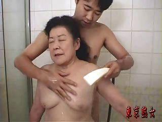 섹스를 즐기는 일본 할머니