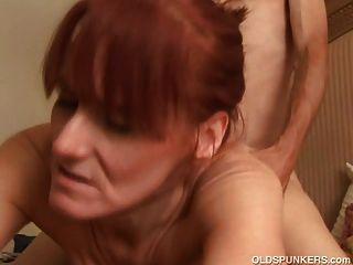 마른 성숙한 빨간 머리는 섹스를 좋아하고 정액의 맛을 좋아합니다.