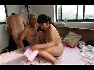 성숙한 여인과 아시아 할아버지 트리오