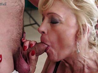 흥분한 성숙한 매춘부 엄마 빌어 먹을과 그녀의 소년 빠는