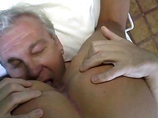 화려한 금발 간호사 오래된 남성 환자 치료