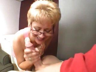 섹시한 할머니가 젊은 수탉을 빤다.