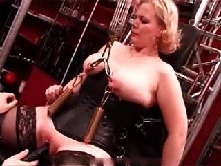 내 섹시한 피어싱 무거운 피어싱 된 노예가 촛불로 고문