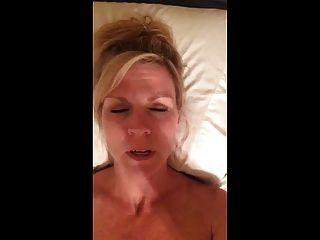 섹시한 뜨거운 아가씨가 더러운 이야기를하는 동안 자신을 cumming 기록