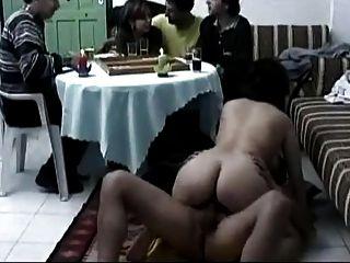 아랍 부부는 휴식을 취하고 성관계를 갖는다.