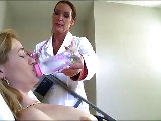 간호사가 그녀의 기저귀를 채우게합니다.
