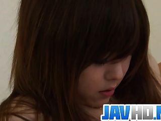 불쾌한 행동으로 그녀의 젖은 고양이를 깨는 일본의 아름다움