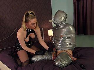 여주인이 포장 한 노예를 강타한다.