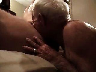 회색 머리 할아버지가 거대한 수탉을 빨고 그의 엉덩이에