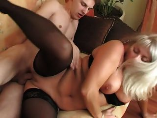 어린 소년은 스타킹에 delicious blonde milf를 놀라게한다.