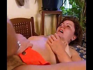달콤한 bushed bbw 할머니는 엉덩이에 걸립니다