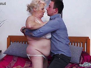 큰 할머니는 그녀의 장난감 소년을 섹스하고 빨아 먹는 것을 좋아합니다.