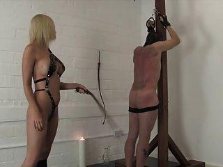 변태 금발의 여주인 채찍과 고문 그녀의 노예
