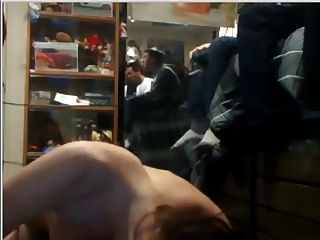 형제가 비디오 게임을하는 동안 기숙사에있는 여자가 좆