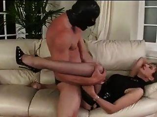 트로피 아내는 매춘부처럼 사용했다.