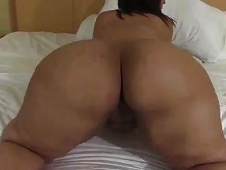 뚱뚱한 라티나 여신 nademia 포즈 그녀의 큰 엉덩이