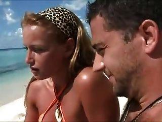 허니문 아내가 해변에서 속임수를 쓴다.