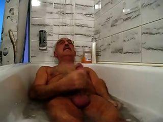 콧수염 할아버지는 욕조에서 휴식과 정액을 낸다.