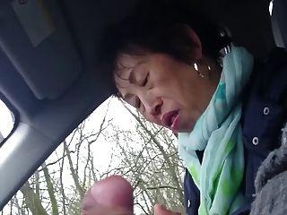 수제, 오래된 중국 아가씨는 차에 물건을 주저합니다