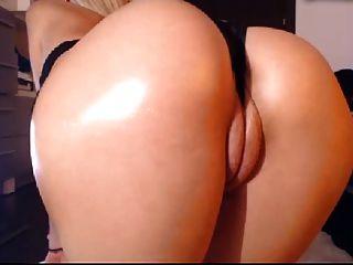 금발 큰 둥근 엉덩이와 뚱뚱한 푹신한 입술