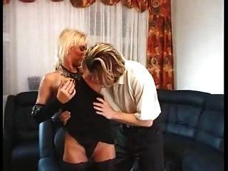 스타킹에 금발 독일인 아가씨가 어린 소년을 엿먹 일 것을 열망하고있다.