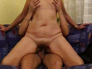 연약한 몸매와 처진 가슴, 털이 많은 성충과의 엄마